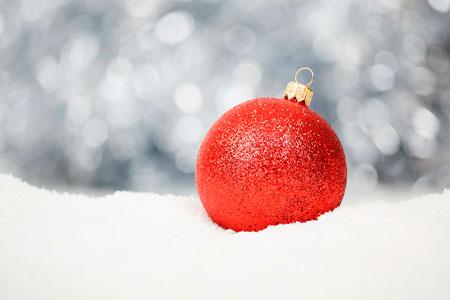 julgranskula liggande på snö